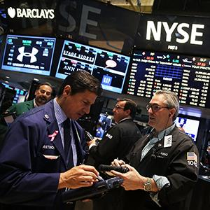 Traders work on the floor of the New York Stock Exchange on Aug. 22, 2014, in New York City © Spencer Platt/Getty Images
