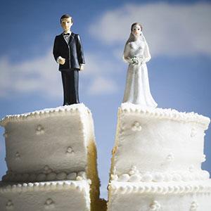 Wedding cake with split couple © Mike Kemp/Jupiterimages