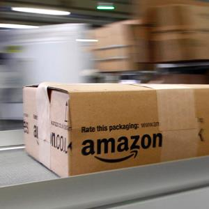 A parcel moves on the conveyor belt at Amazon's a logistics center © Michaela Rehle/Reuters