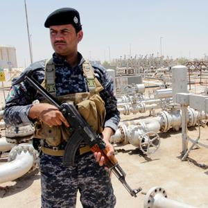 A member from the oil police force stands guard at Zubair oilfield in Basra, southeast of Baghdad© Essam Al-Sudani/Reuters