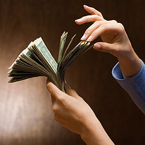 Woman counting money © Jose Luis Pelaez Inc, Blend Images, Getty Images