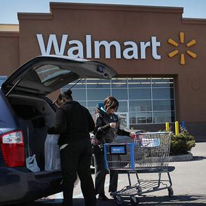 Shoppers put bags in a car at a Walmart store in Valley Stream, NY, on March 29, 2011 (© Spencer Platt/Getty Images)