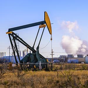 A pumpjack & oil refinery in Seminole, West Texas © David Sucsy/Getty Images