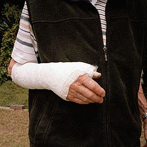 Elderly man with arm in a plaster cast © Tobias Titz/fStop/Getty Images