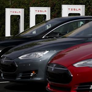 Tesla Model S sedans outside of the Tesla Factory on August 16, 2013 in Fremont, Calif. (© Justin Sullivan/Getty Images)