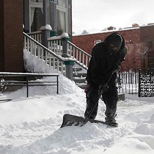 A man shovels snow January 6, 2014 in Detroit © Rebecca Cook/Reuters