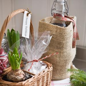 Christmas gifts in a basket © Serny Pernebjer/ Maskot/Getty Images