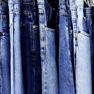 Rack of blue denim jeans © Joanna Pecha/Getty Images