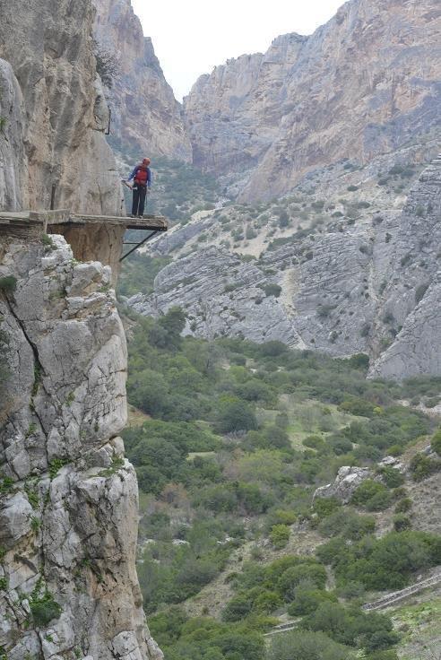 El Caminito del Rey está actualmente muy deteriorado, con pasos en los que tan sólo se mantiene la viga. Foto: Sebastián Álvaro