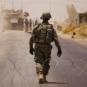 A US soldier walks through a flash checkpoint in Ali Ayun, Diyala Province, Iraq © Warrick Page/Getty Images