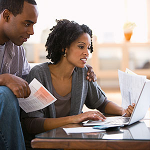Couple paying bills using laptop © Jose Luis Pelaez Inc, Blend Images, Getty Images