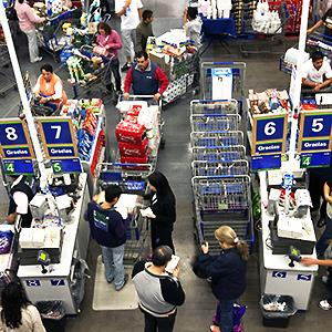Shoppers stand in line to pay for their merchandise inside a Sam's Club store © Susana Gonzalez/Bloomberg via Getty Images