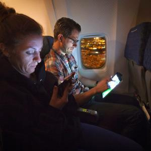 Passengers use their smart devices on an American Airlines airplane equipped with Gogo Inflight Internet service, en route from Miami to New York, Dec. 10, 2013 © CARLO ALLEGRI/Newscom/Reuters