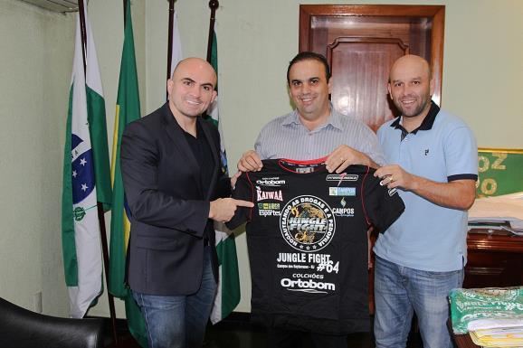 Wallid ao lado do prefeito e o secretário de Esportes de Foz do Iguaçu