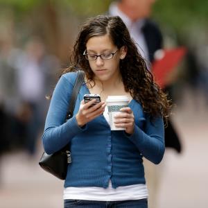Woman using smartphone in San Francisco © AP Photo/Ben Margot