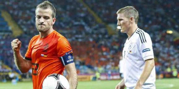 Frust pur: Rafael van der Vaart schl&#228;gt auf den Ball (Bild: imago) 