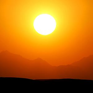 Mountain range at sunset © Sindre Ellingsen/Alamy