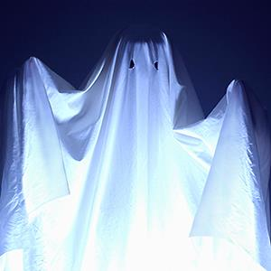 Boy wearing sheet for Halloween ghost costume © Thinkstock/Getty Images