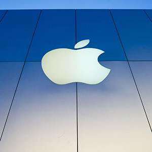 Apple logo at a store in San Francisco, Calif. (© David Paul Morris/Bloomberg via Getty Images)