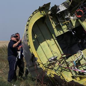 Members of a group of international experts inspect wreckage at the site where the downed Malaysia Airlines flight MH17 crashed, near the village of Hrabove (Grabovo) in Donetsk region, eastern Ukraine © Sergei Karpukhin/Reuters