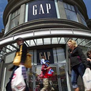 Pedestrians walk by a Gap store in San Francisco, Calif., on February 7, 2013 (© Justin Sullivan/Getty Images)