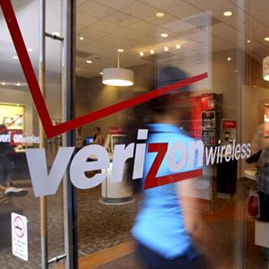 Customers enter a Verizon Wireless store in New York City on July 23, 2010 (© Jin Lee/Bloomberg via Getty Images)