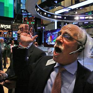 Traders work on the floor of the New York Stock Exchange. © Spencer Platt/Getty Images