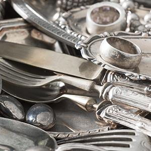 Antique silverware and old silver jewelry © Ekspansio/Getty Images