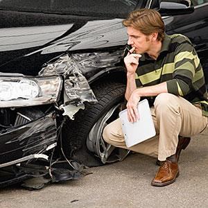 Insurance adjuster assessing damage to car © Echo, Cultura RF, Getty Images