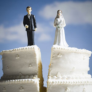 Wedding cake with broken-up couple © Mike Kemp/Jupiterimages