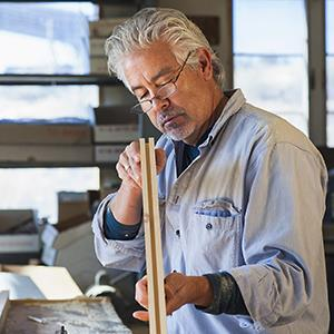 Craftsman working in studio © Marc Romanelli/Blend Images/Corbis
