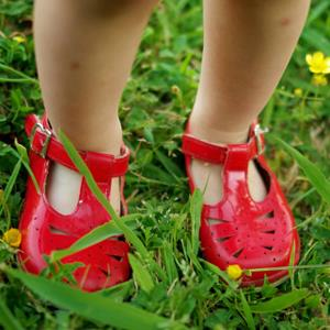 Toddler girl in red shoes © Bonita Cooke/ Flickr Open/Getty Images